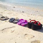 白い砂浜とビーチサンダル